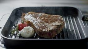 Grilla mięsny smażyć przy griddle Zbliżenie stek z warzywami gotuje przy grillem zbiory