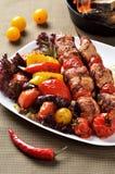 Grilla mięso słuzyć z piec na grillu warzywami Obrazy Royalty Free