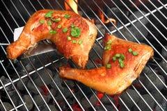 Grilla Pieczonego kurczaka ćwiartki Na Gorącym węgla drzewnego grillu zdjęcie royalty free