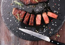 Grilla Rib Eye Steak eller rumpabiff - torka den åldriga Wagyu entrecôte arkivfoto