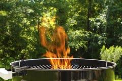 grilla węgiel drzewny płomienny grill obraz stock