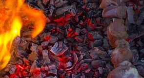 , grilla węgiel drzewny, płonący węgiel drzewny w tle Zdjęcie Stock