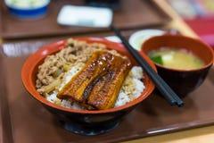 Grillad ål över ris arkivfoton