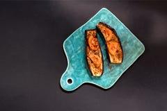 Grillad aubergine med tomat- och vitlökaptitretaren på ett keramiskt bräde fotografering för bildbyråer