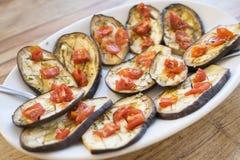Grillad aubergine med tomater och vitlök Fotografering för Bildbyråer