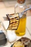 Grillad aubergineoubergine på en gaffel Fotografering för Bildbyråer