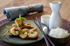 Grillad aubergineräkatofu med ris och saki Arkivbild