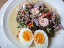 Grillad auberginesallad med det kokta ägget Royaltyfria Foton