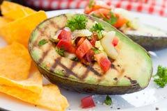 Grillad avokado med tortillachiper Arkivfoto