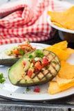 Grillad avokado med tortillachiper Arkivbild