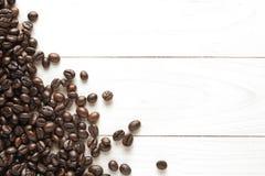 grillad bakgrund för kaffebönor på trä Arkivfoto