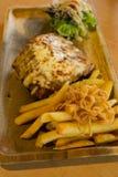 Grillad biff stekte griskött, chiper och grönsaksallad Royaltyfria Foton
