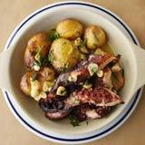Grillad bläckfisk med batatas en murro Arkivfoto