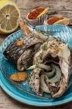 Grillad fisk i sås och kryddor Arkivfoton