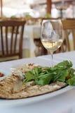 Grillad fisk med exponeringsglas av vin royaltyfri fotografi