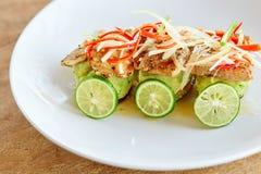 Grillad fisk med grönsaker och limefrukt Arkivfoton