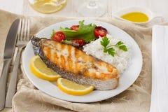 Grillad fisk med rice, citron royaltyfri foto