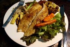 Grillad fisk med sallad, champinjon Arkivfoton
