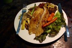 Grillad fisk med sallad, champinjon Royaltyfria Bilder