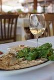 Grillad fisk med vin arkivbild