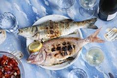 Grillad fisk på en grillfest Arkivfoton
