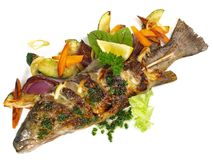 Grillad fisk - regnbågeforell med grönsaker arkivfoto