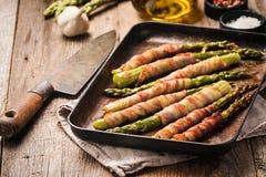 Grillad grön sparris som slås in med bacon royaltyfria bilder