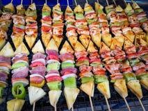 Grillad grillad grönsak- och köttsteknålBBQ Arkivbilder