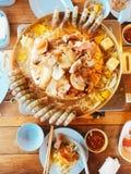 Grillad griskött och skaldjur på en special panna arkivfoton