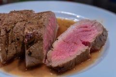 Grillad grisköttfilé som är ordnad med ett vitt vin och en balsamicosås royaltyfri bild