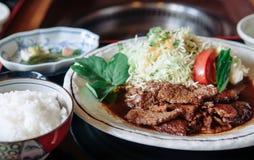 Grillad högvärdig wagyu A5 för Ishigaki nötkött med sallad, ris och havet Royaltyfri Foto