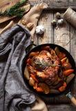Grillad höna, brun frasig hud som är välfylld med olika grönsaker arkivfoto