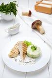 Grillad höna- eller kalkonbröstfilé med broccoli, mosade potatisar arkivbild