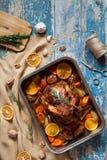 Grillad höna för jul med frasig hud i bakningmaträtt royaltyfri bild