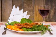 Grillad höna med grönsaker och glass vin royaltyfri bild