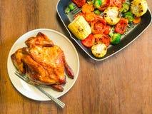 Grillad höna med många organiska grönsaker Royaltyfria Bilder