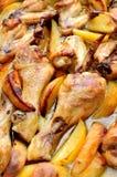 Grillad höna med potatisar Arkivbilder