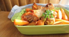 Grillad höna med potatisar och morötter Royaltyfria Foton