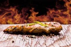 grillad höna på en gammal wood tabell med bakgrundsbrand Royaltyfria Foton