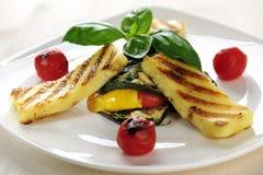 Grillad Halloumi ost på grillade grönsaker med basilika Royaltyfri Foto