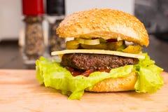 Grillad hamburgare med ost och nya toppningar Arkivbild