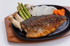Grillad japan Salmon Steak med champinjonen, sparris, den skivade löken och moroten med soya Salladslöksås och majonnäs Arkivbilder