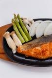 Grillad japan Salmon Steak med champinjonen, sparris, den skivade löken och moroten med soya Salladslöksås och majonnäs Royaltyfri Foto