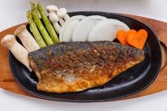Grillad japan Salmon Steak med champinjonen, sparris, den skivade löken och moroten med soya Salladslöksås och majonnäs Arkivfoton