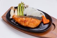 Grillad japan Salmon Steak med champinjonen, sparris, den skivade löken och moroten med soya Salladslöksås och majonnäs Arkivbild