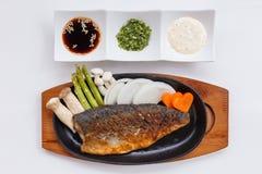 Grillad japan Salmon Steak med champinjonen, sparris, den skivade löken och moroten med soya Salladslöksås och majonnäs Royaltyfria Bilder