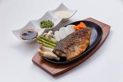 Grillad japan Salmon Steak med champinjonen, sparris, den skivade löken och moroten med soya Salladslöksås och majonnäs Arkivfoto
