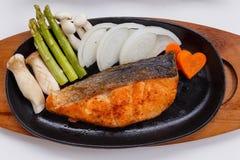Grillad japan Salmon Steak med champinjonen, sparris, den skivade löken och moroten med soya Salladslöksås och majonnäs Fotografering för Bildbyråer