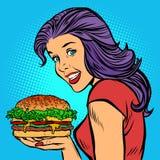 Grillad köttsallad för hamburgare ost Hungrig kvinna som äter snabbmat Royaltyfria Bilder