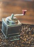 Grillad kaffebönor och kaffekvarn arkivfoto